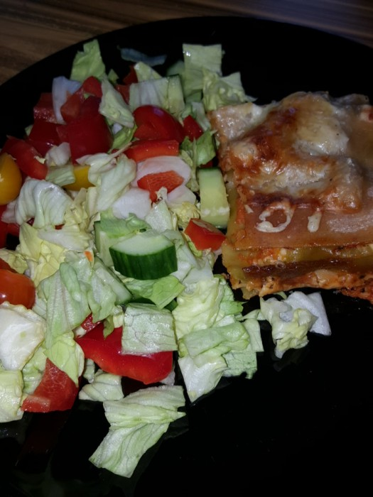 Viime viikolla syötiin itse tehtyä lasagnea, mulla tosin suurinosa lautasesta oli salaattia täynnä 😊